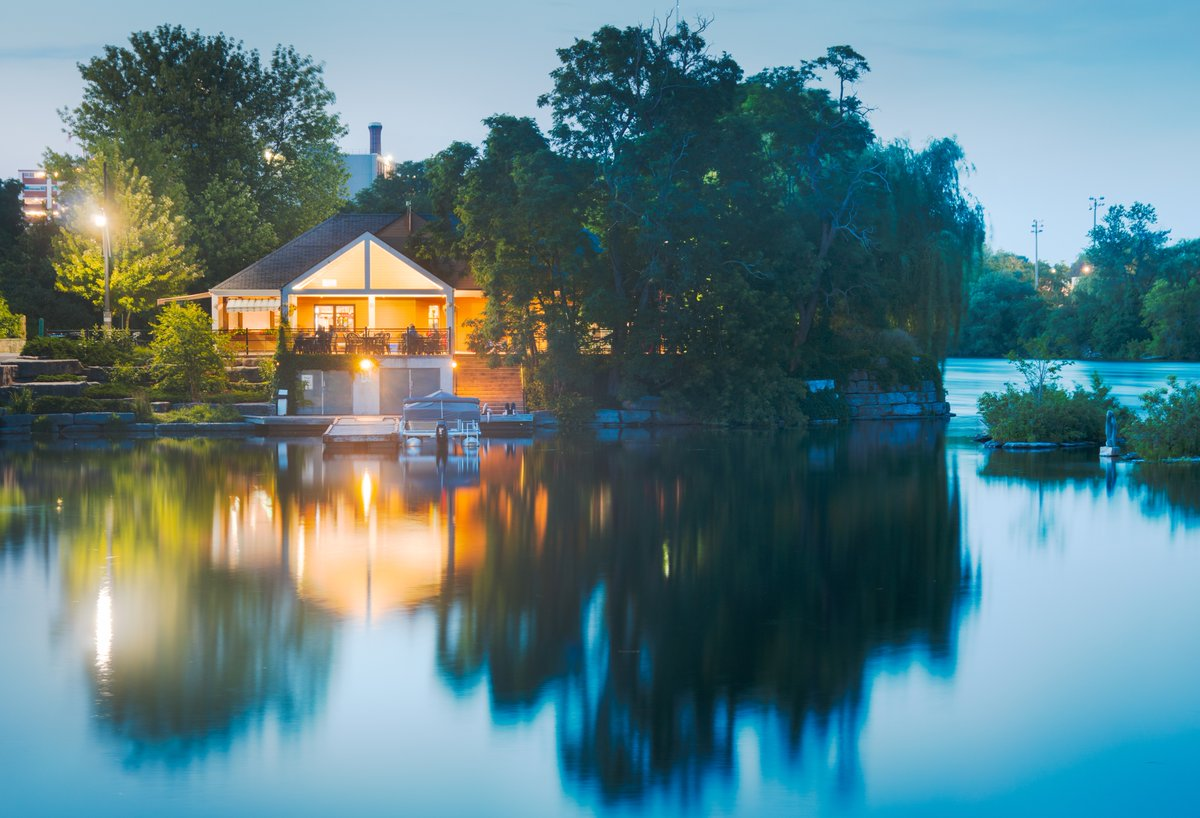 With warmer weather amongst us, the beautiful Boathouse Pavilion housing @silverbeancafe located on Little Lake is the perfect place to spend an afternoon. Built in 2000, the building was meant to be a contemporary translation of the Kawartha boathouse design. #LoveLocalPTBO https://t.co/r6U5CHo3lt