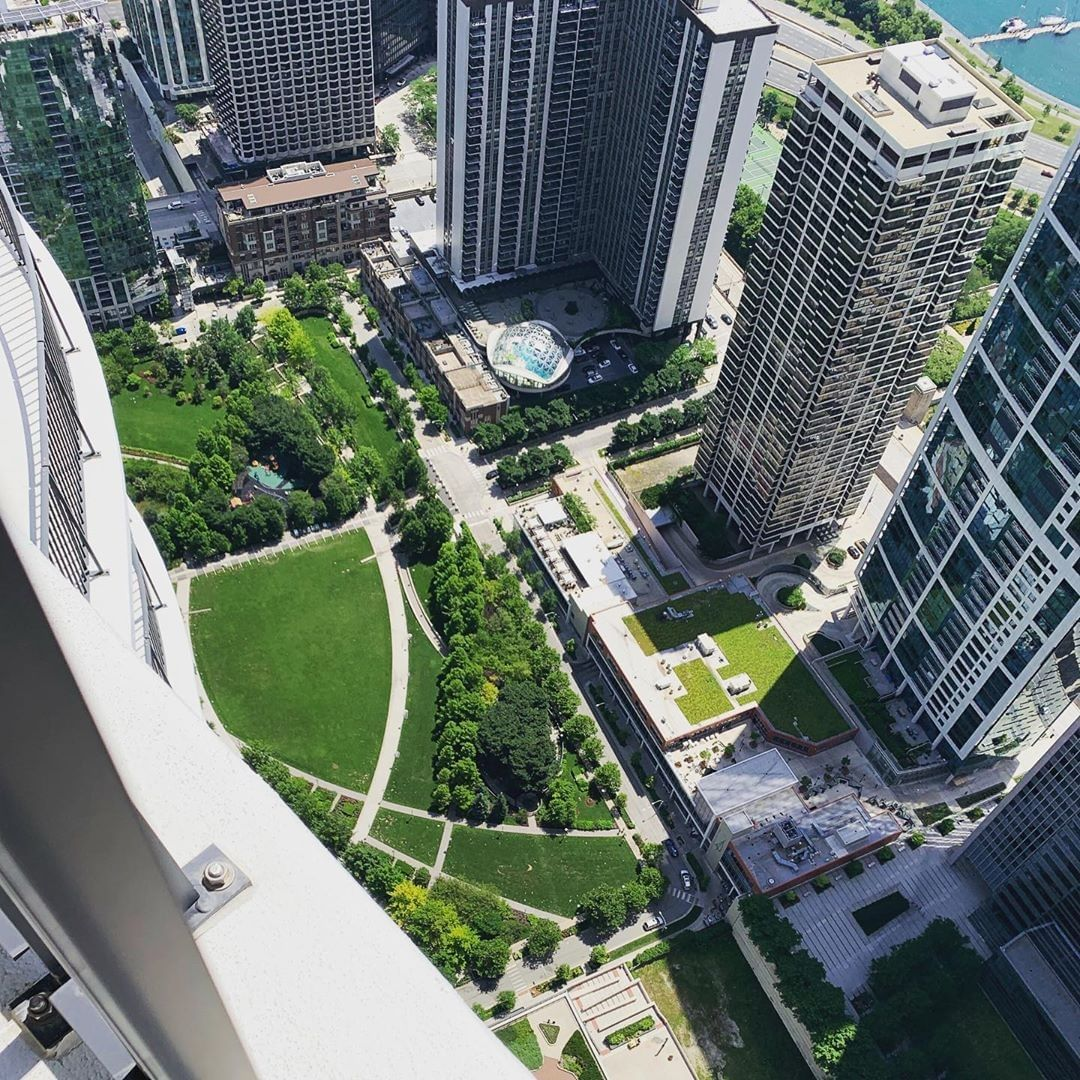Commonly referred to as Lake Shore East Park, this 4.6-acre outdoor oasis is what we call our backyard. It features a playground, interactive water feature, dog-friendly area and gardens, as well as a walking path and open space to explore and picnic 📸 @aqua_chicago https://t.co/9Q083sRBPH