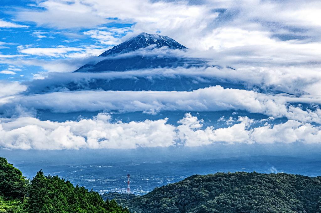 おはようございます。何層にも流れる帯状の雲の合間から姿を見せた富士山、山頂付近がうっすら雪化粧していました! https://t.co/uvc8ZyIHLb