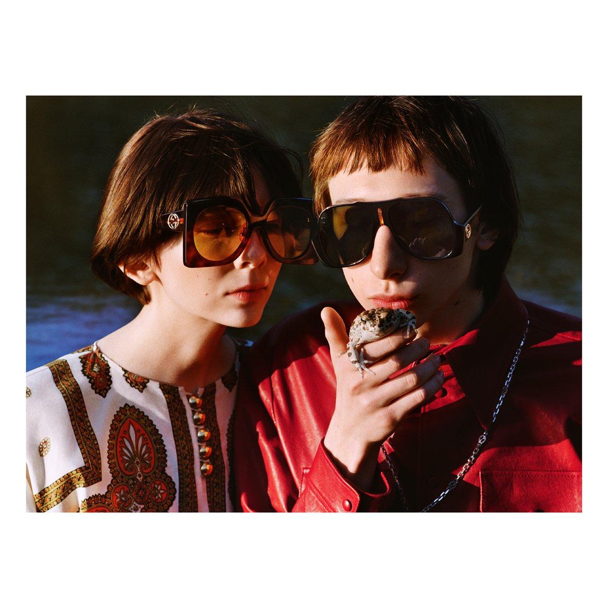 #GucciPreFall20 コレクションの #SoDeerToMe 広告キャンペーンは、人生のシンプルな楽しみや喜びを表現しています。このビジュアルには、#AlessandroMichele のデザインによる #GucciEyewaer の新作、オーバーサイズ サングラスが登場。 https://t.co/p2dBThx8by https://t.co/yDIoQFqtXj