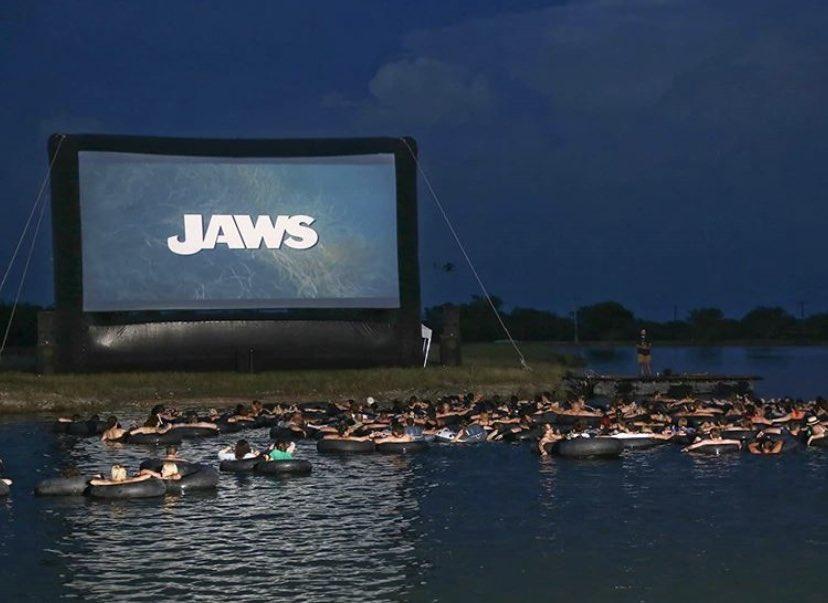 最高すぎる演出。臨場感がはんぱない「海の上でのジョーズを上映」