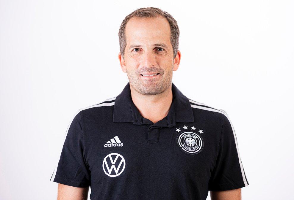 Letzte Chance! 🏃♂️ Morgen stehen #U20-Trainer Manuel Baum und #U15-Coach Marc-Patrick Meister in einer Videosprechstunde Rede & Antwort. Es gibt noch Restplätze, meldet euch einfach mit einer Mail an fussball.de@dfb.de an. #FragDieDFBTrainer  Mehr 👉 https://t.co/OCaz55AlVc https://t.co/ebOCu7nd9i