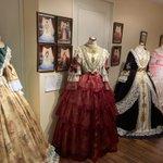 ドレス好きの皆さんに語りかけています…!1000円でこんなに素敵なドレスが着られる場所があります!