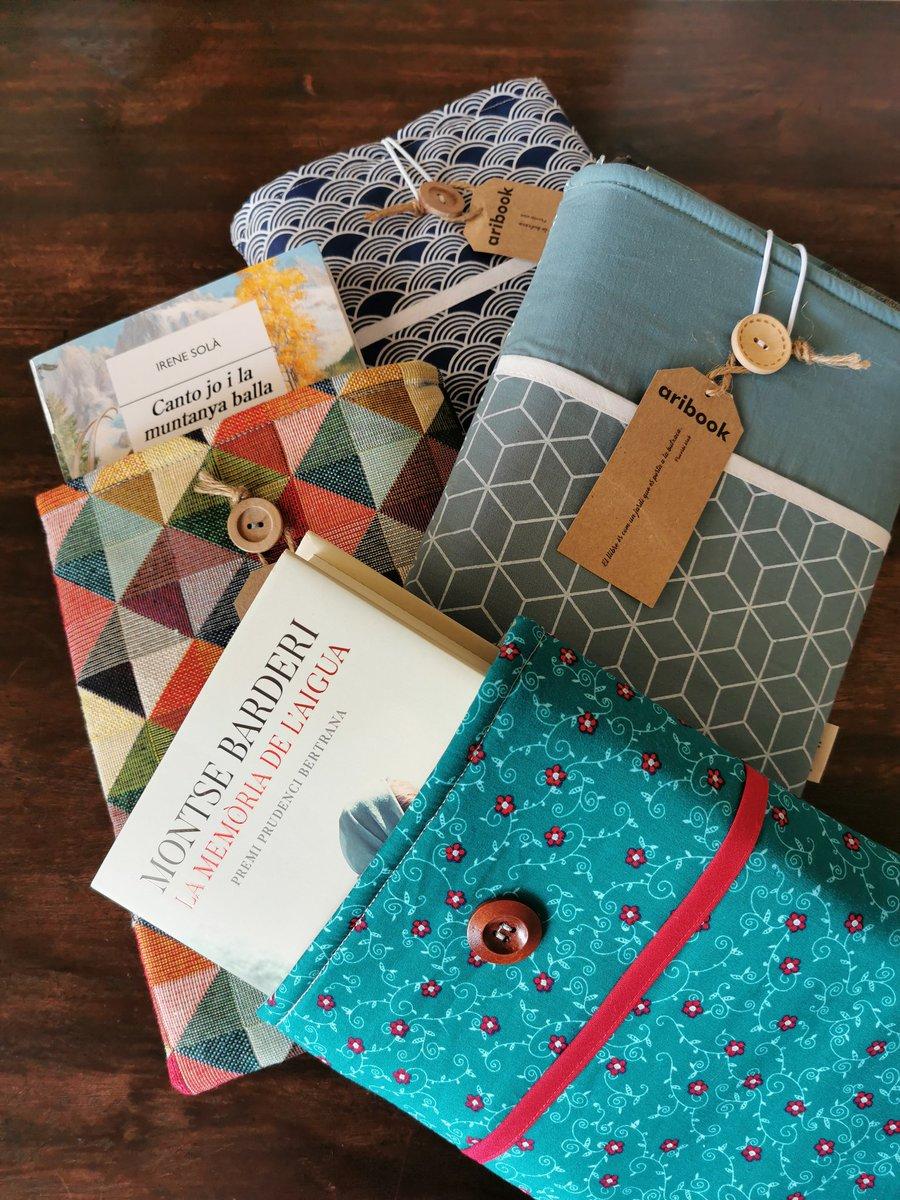 Ja m han arribat les precioses fundes per llibres  #aribook, enviades des de @GalateaLlibres. Moltes gràcies, amics! #Santjordiacasa ja pot desconfinar-se aquest estiu sense por de fer malbé el que més estima: els llibres! https://t.co/dVrCgXwT1e