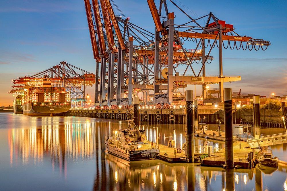 Lichte des Hafens ... Diese Motive aus dem Hamburger Hafen beeindrucken doch immer wieder: https://www.bilderwerk-hamburg.de/category/hamburg-bilder/bilder-vom-hamburger-hafen/… @hamburg_de @PortofHamburg @HH_Highlights #Hamburg #HafenHamburg #MeinHamburg #HamburgHafen #HamburgBilder #Ilovehh #welovehh #HamburgmeinePerle #UnserHamburgpic.twitter.com/r32lKFtTiW  by bilderwerk Hamburg