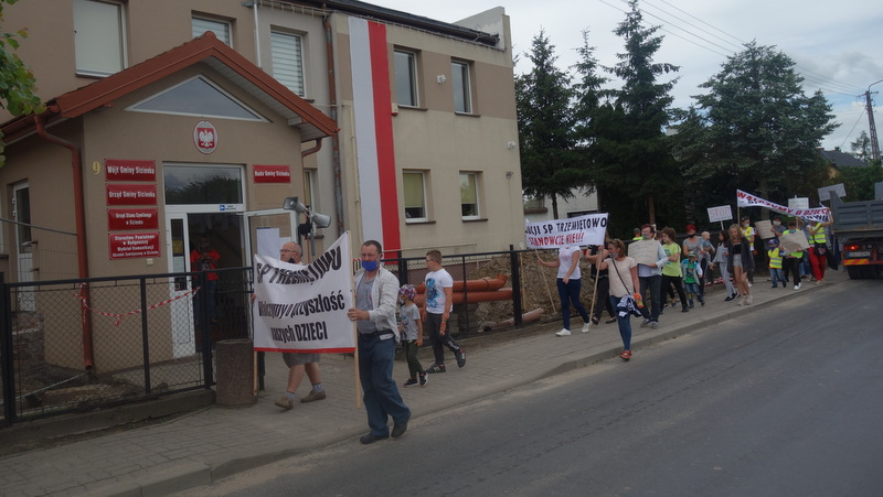 Nie oddamy naszej szkoły - protest w obronie podstawówki w Trz ... - Polskie Radio PiK https://t.co/GafU0EnZRF https://t.co/43cK5FqvtD