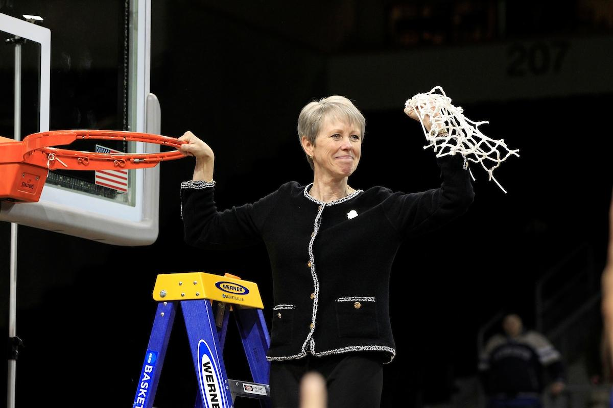 Bentley's Barbara Stevens retires after a legendary coaching career that included 1,058 wins, a #D2WBB title and her selection into the Naismith Memorial Basketball Hall of Fame: https://t.co/iqDKKgPSdK.  #MakeItYours https://t.co/5BB2nkibAT