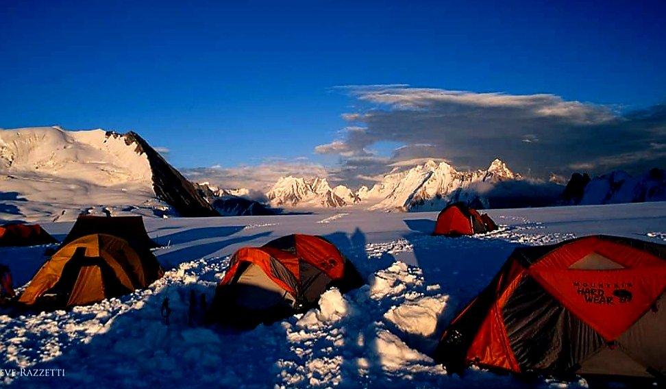 Sunset form top of Hispar pass. Not too, The summit of Baintha Brakk (The Ogre) stayed veiled on this occasion. 🇵🇰 𝐅𝐨𝐥𝐥𝐨𝐰 & 𝐑𝐞𝐭𝐰𝐞𝐞𝐭  PC:Steve Razzet #Karakoram #Hisparpass #BainthaBrakk #TheOgre #Biafo #adventure #trekking #Shegar #valley #GilgitBaltistan #pakistan https://t.co/cwfYBnNuxW