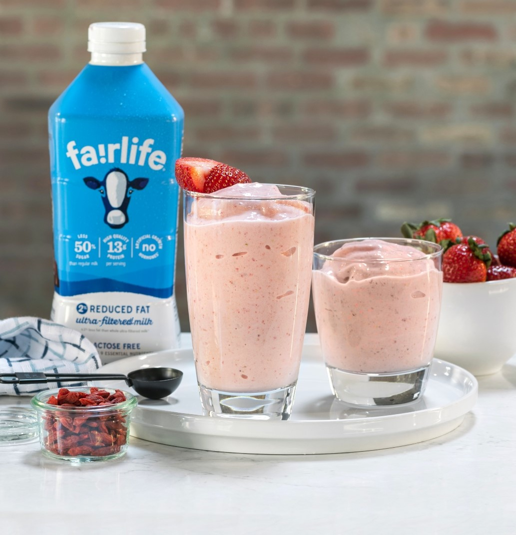 Nothing says summer like sweet strawberries🍓 Try this classic fruity smoothie with a fairlife twist through the link below!  https://t.co/exg814EDMR https://t.co/azceLEDLdU