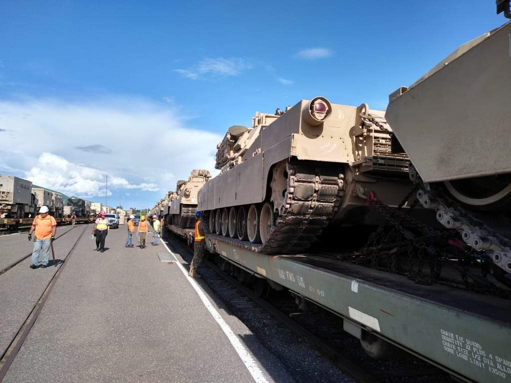 Beautiful day for loading trains! @MNNationalGuard Soldiers of the 1st Brigade, 34th Infantry Division safely and skillfully load vehicles and equipment onto rail cars June 23, 2020 on Camp Ripley. https://t.co/gYiyxaVqdj