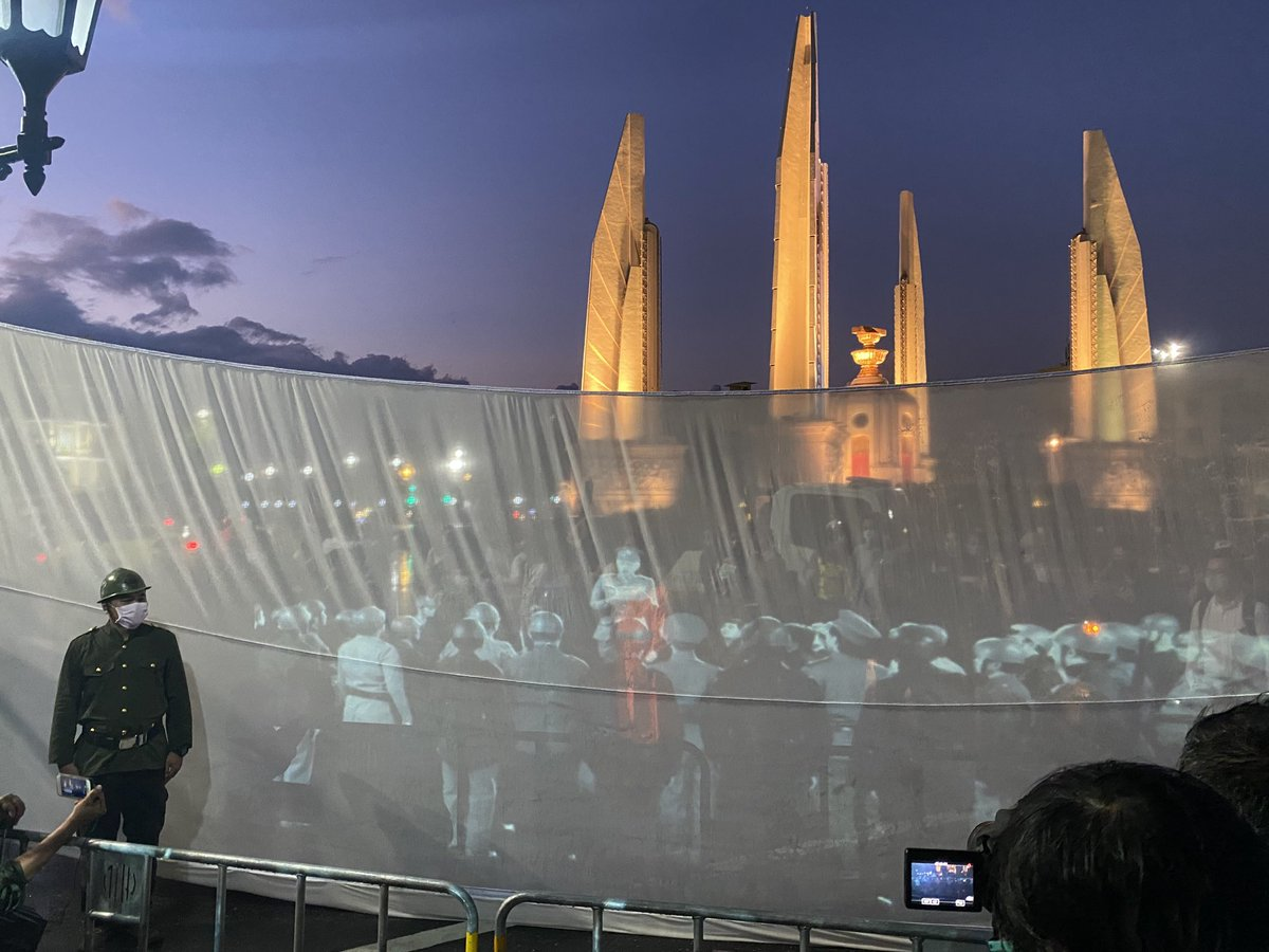 Demonstrators projecting video of the 1932 coup in Thailand in front of democracy monument on 88th anniversary of the revolt that ended the absolute monarchy in the country #24มิถุนา #88#88ปี2475 #คณะราษฎร https://t.co/cSFkr8x4HA