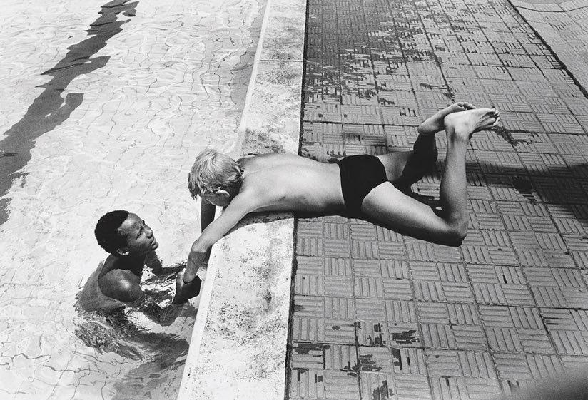 That's it, it's summer. ☀️🌊⠀ ⠀  📷: Gideon Mendel, from the series 'Living in Yeoville', Johannesburg, February 1987.⠀ ⠀ #summer#inspiration #bozar https://t.co/ZTDvepH2Ui