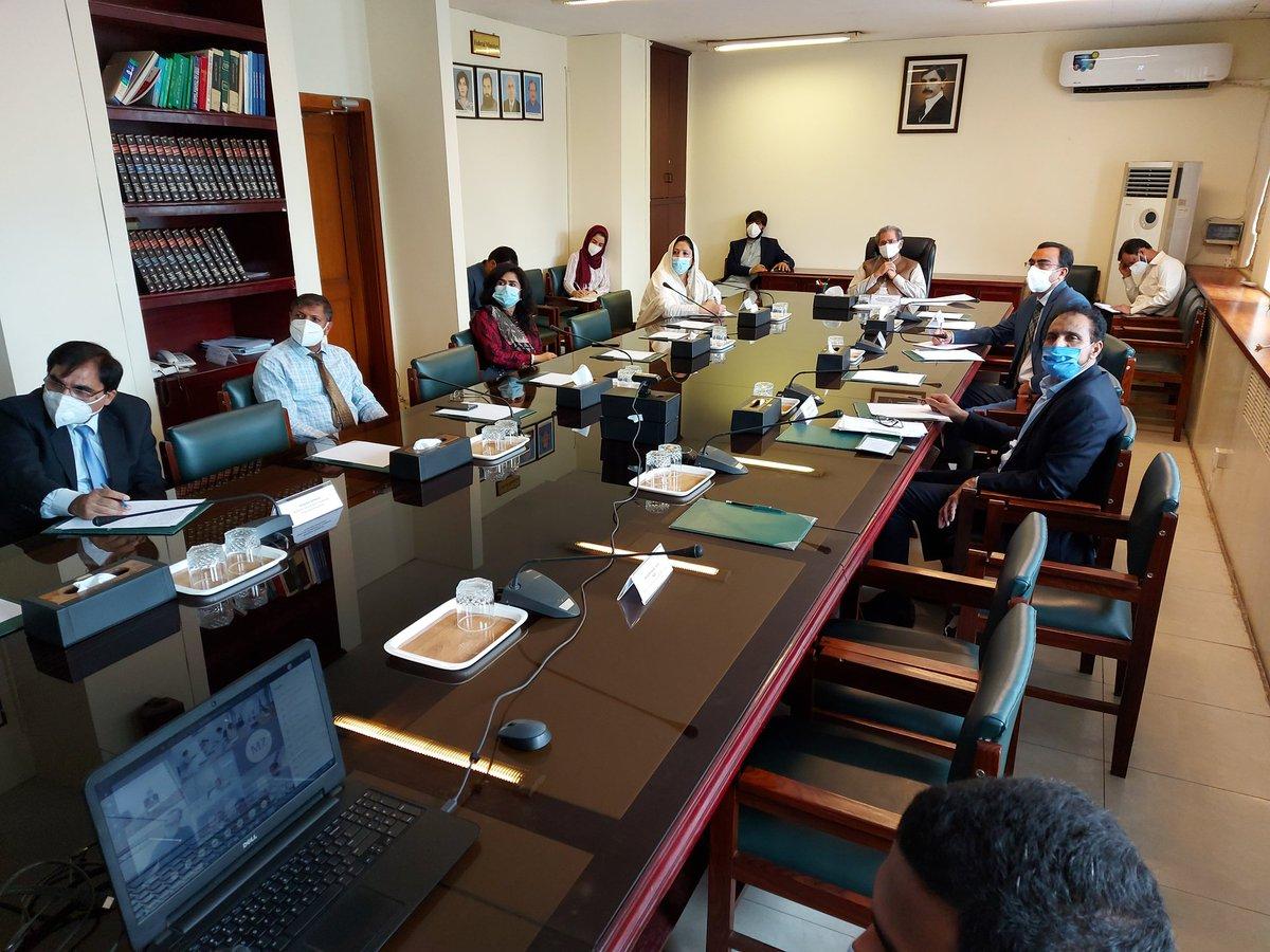 وفاقی وزیر @Shafqat_Mahmood کی ٹیکنیکل ٹریننگ کے ادارے کھولنے کے حوالے سے حکمت عملی طے کرنے کے لئے بین الصوبائی اجلاس کی صدارت۔ کورونا کی صورتحال کو سامنے رکھتے ہوئے تمام صوبوں سے سفارشات لی گئیں ۔ فیکٹریوں, صنعتوں میں فنی تربیت کو شروع کرنے پر مشاورت ہوئی #HunarMandPakistan