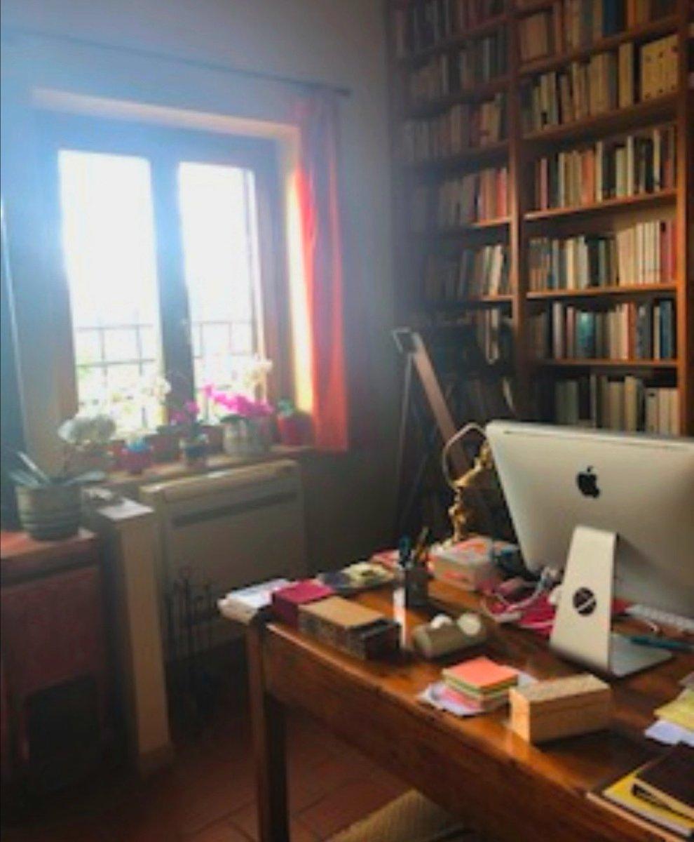 Aquest és l'estudi a Umbria d l'escriptora #SandraPetrignani @petrignanis. Envoltada de llibres, plantes i llum natural ha trobat la inspiració per escriure les seves nombroses publicacions. Grazie Sandra x condividere! #Parliamodillibres #Escriptorisdautor  #SantJordiaCasa 🏡 📚 https://t.co/S7YSPRHjPS