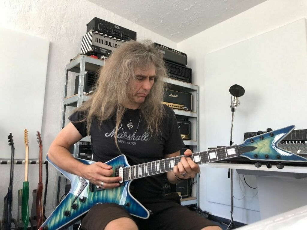 More guitars to play. @deanguitars sent over a ML Select Quilt Top OB. This guitar is not a big one, it's a gigantic one! You're not allowed to play this guitar when you're just 175 cm tall or less :-) #axelritt #ironfinger #the_real_ironfinger  https://www.instagram.com/p/CB0Crb9Htld/?igshid=2f8ocvvj3ks1…pic.twitter.com/ykTalbfKRc