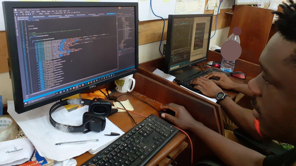 Mboanais, mboanaises  Après les artistes, voici l'équipe des programmeurs  Toujours dans leurs lignes de codes bizarres bizarres et très compliquées là  Mais sinon, c'est grâce à eux que vous allez interagir avec le Mboa dans le jeu hein  #workinprogress  #CaParleDev  #mobilegame https://t.co/xnisOEeZIs
