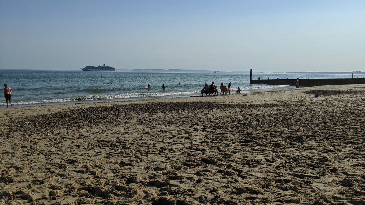 Bournemouth beach this evening. Just the two cruise ships at the time; a third arrived shortly after this.  This photo was taken a couple of miles east of the main B'mth beach - the one that was *completely packed* today. 🤨  Stay safe, everyone. https://t.co/QKWgtr8iwc