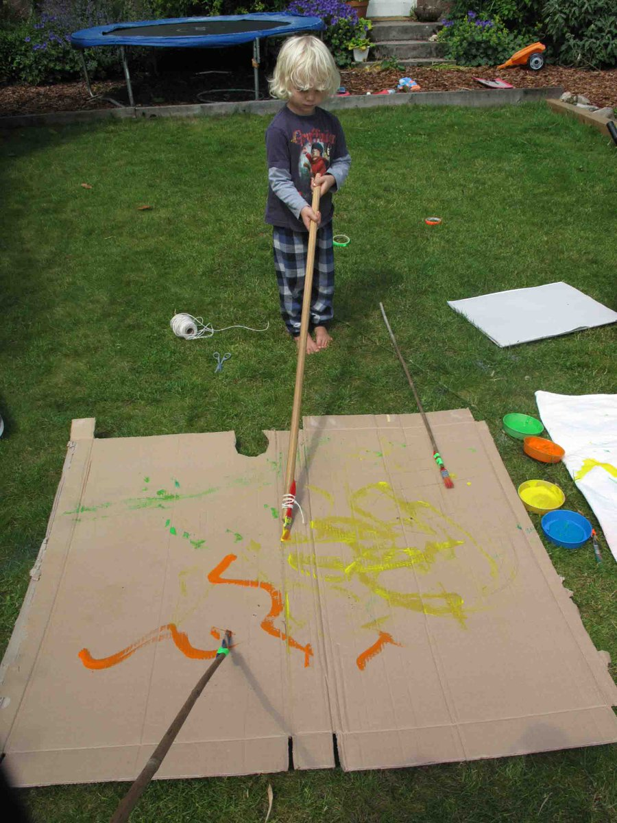 Try this outdoor art idea by making super long brushes to free up some expressive mark making and have fun with your wee ones. This ones fun for older siblings too. Find easy instructions here https://t.co/9zpjSlI3I0 @UoDPsychology @DCAdundee #PlayAtHome #createtogether https://t.co/sOTXMlXMTB