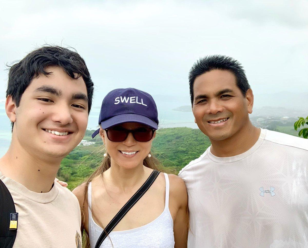 Enjoying the hike before the rain comes😎🙌🏻  雨が降る前にハイキング🥾🌴  #hiking #mountainhike #trail #kaneohebay #hawaii #kaneohe #mountaintrail #mountainhiking #hike #hawaiilife #hilife #hawaiiliving #lovehawaii #ハイキング #トレイル #森林浴 #ハワイ #ハワイライフ #ハワイ暮らし https://t.co/SxdlSAEarm