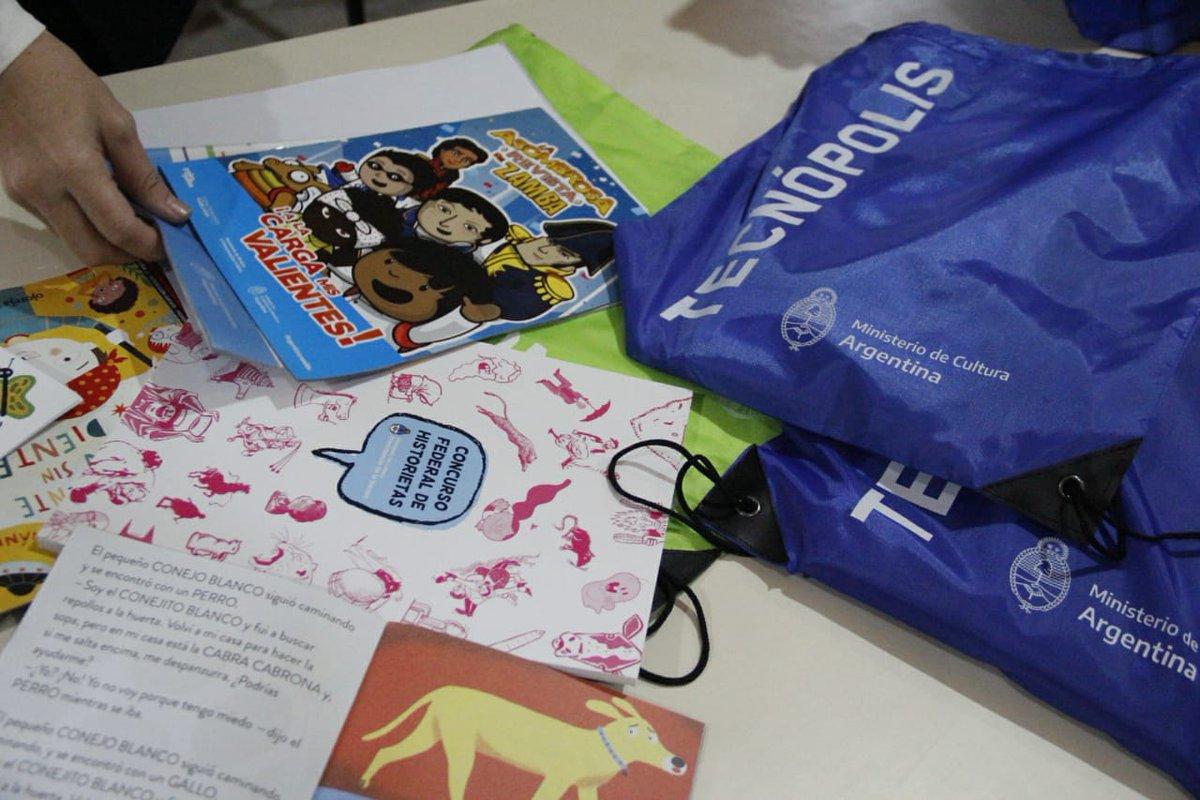 """Ayer se realizó la entrega de Kits de """"Cultura en Casa"""", con recursos didácticos para niñas y niños del Barrio Villa Itatí en Quilmes, con el objetivo de acompañar a las familias que se encuentran atravesando el aislamiento, social, preventivo y obligatorio. https://t.co/NJPd6NCzCF"""