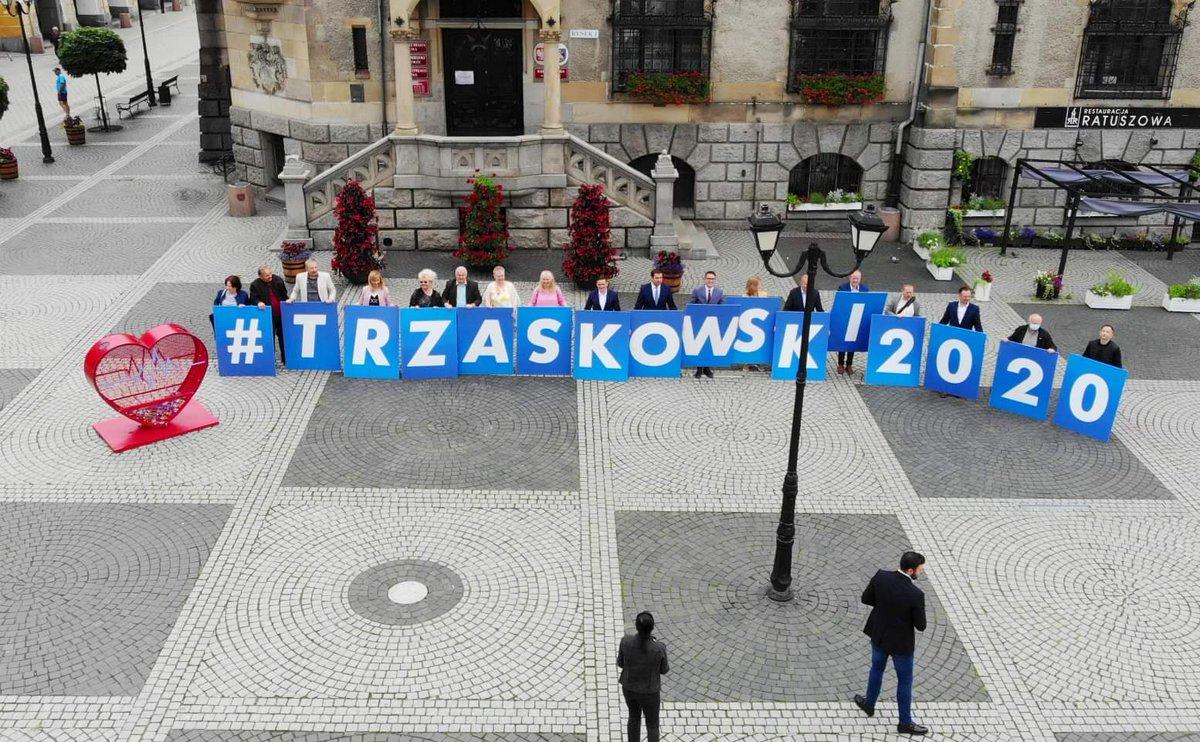Dzisiaj na trasie Jawor. Z burmistrzem zachęcaliśmy do głosowania na #Trzaskowski2020 To bardzo wyraźne: samorządowcy chcą prezydenta, który rozumie i szanuje ich pracę. W Złotoryi na Rynku spotkanie z mieszkańcami miasta oraz odwiedziny w słynnej fabryce bombek choinkowych. https://t.co/DTabL787uk