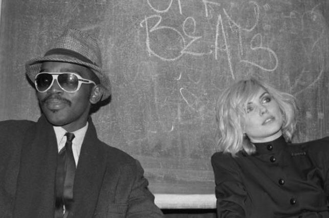 Rap artist Fab 5 Freddy and Debbie Harry at the Mudd Club in NYC, 1980. 🎶 https://t.co/xOH4B9MEeS