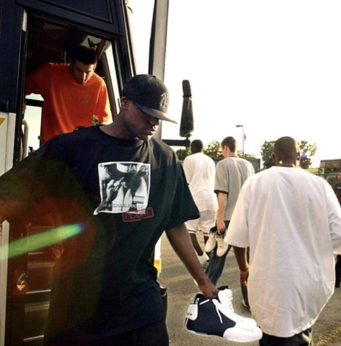 Jay-Z dropped 'Reasonable Doubt' on this date in 1996. Here's rookie LeBron getting off the bus at summer league wearing a shirt with the album cover. 🐐