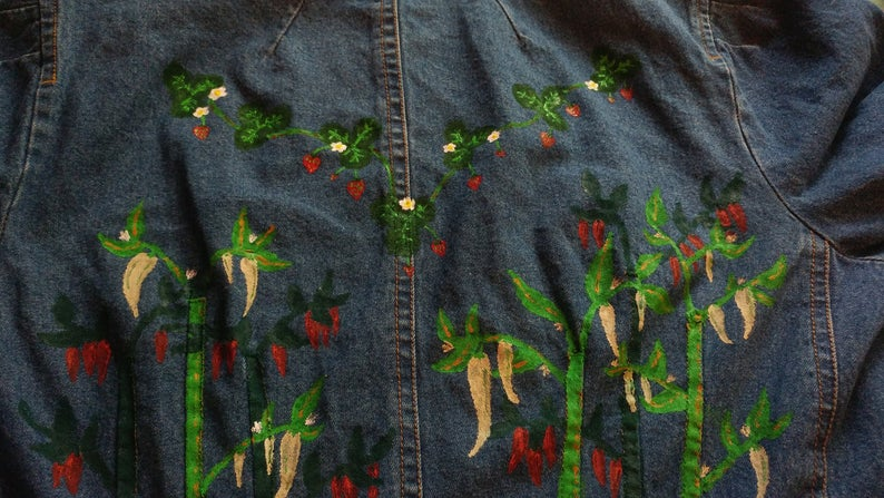 This is a really old item in my @Etsy store, and I'd love to find it a home. It's from my early days of learning to paint #clothing. Tag a #cottagecore friend who needs a #pepper and #strawberry #denim #jacket (size small - women's).   https://www.etsy.com/listing/676405647/pepper-and-strawberry-hand-painted-denim?ref=shop_home_active_56&frs=1 …  #plant #botanicalpic.twitter.com/9LS827yddS