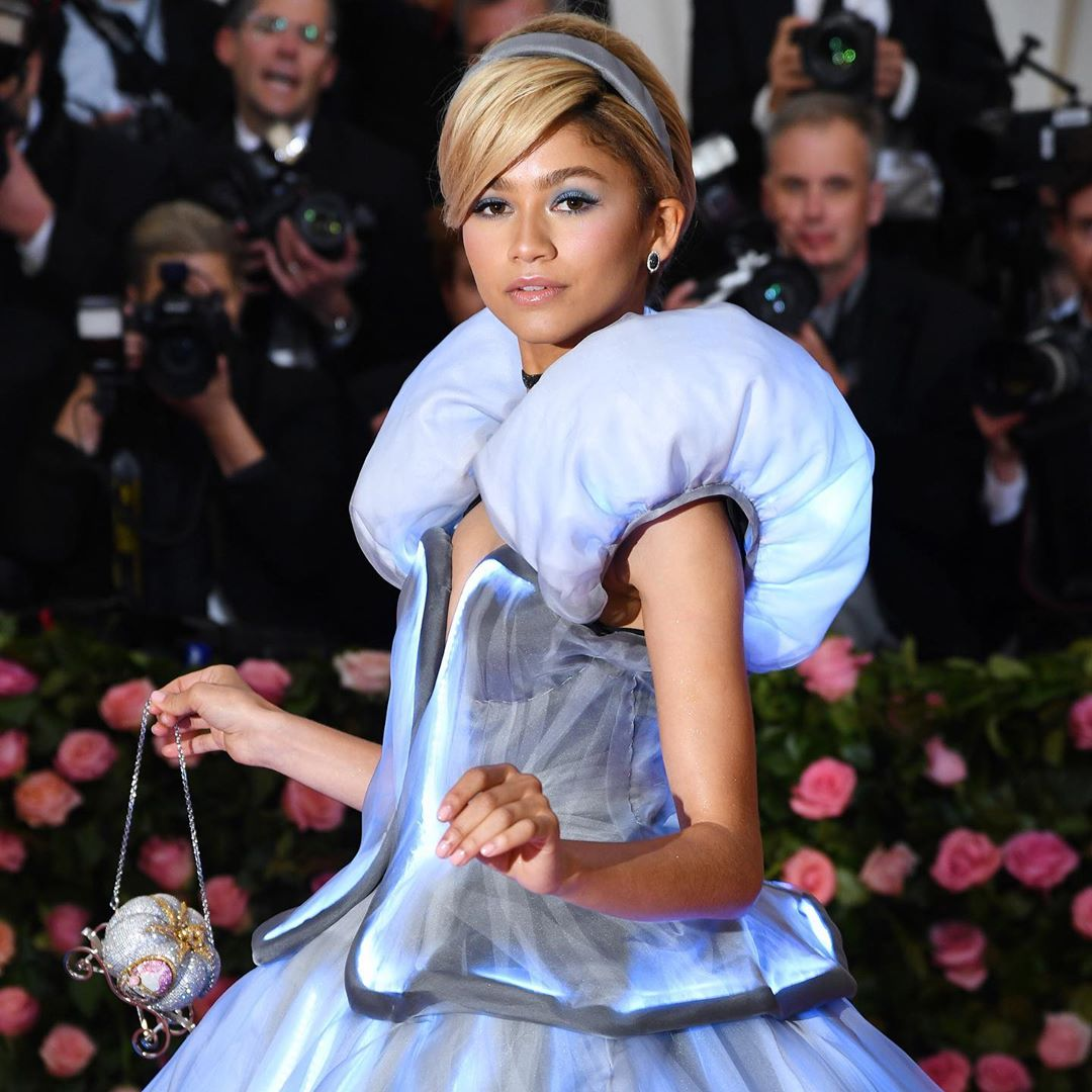 .@Zendaya pictured at the 2019 #MetGala with our Carriage Bag. Make your dreams come true with a handbag fit for a princess. Available now on https://t.co/JzeAcfFK1G #JudithLeiberCouture #DisneyxJudithLeiber #Cinderella https://t.co/lKQNeFf8Hm