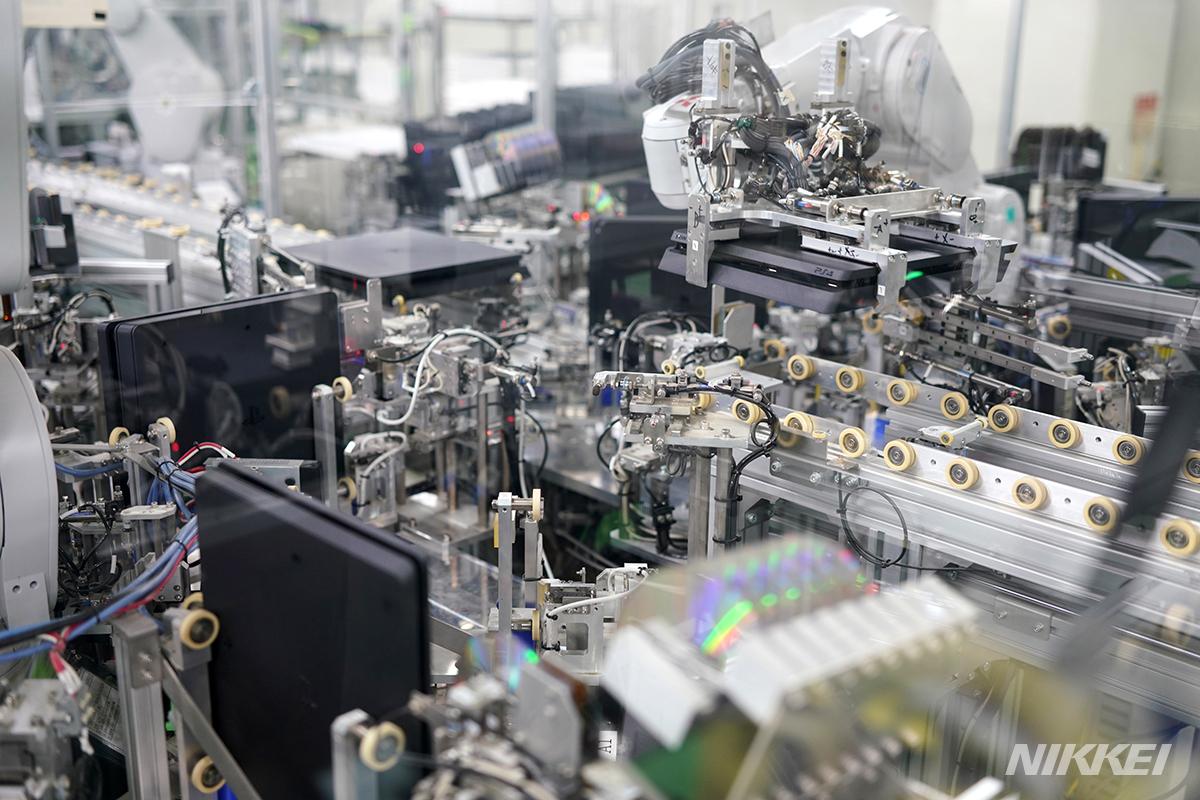 プレイステーション4の工場に潜入しました。生産ラインの終盤、完成したPS4を大きなロボットアームがわしづかみにして運んでいました=淡嶋健人撮影 #PlayStation #プレステ #Sony #PS5  プレステ4の裏側 ソニー社員も知らない生産現場 https://t.co/KN2Mr4k8q5 https://t.co/lShe46JqUh