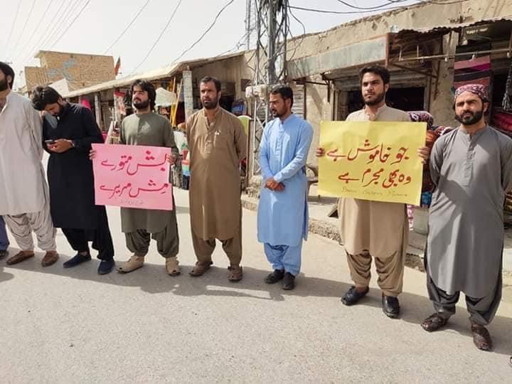 بلوچستان طلباء کے ساتھ یکجہتی اور تشدد کے خلاف کراچی ،نوشکی،اسلام آباد اور گوادر کے ترقی پسند طلباء کا احتجاج مزاحمت کی علامت ہے۔ہم طبقاتی نظام تعلیم کے خلاف جدوجہد کرتے رہینگے۔پر امن رہے اور مسلسل جدوجہد کرتے رہے ۔طلباء کی جدوجہد کو سلام  #SayNoToOnlineClasses https://t.co/mZLuC3Cnz1