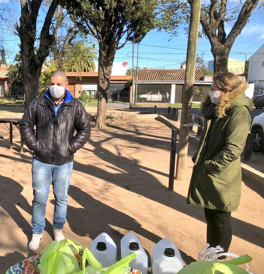 Con el equipo del @pro_sanisidrook le llevamos una donación de mascaras faciales, barbijos, bidones de alcohol y pollos para repartir entre las familias del club. https://t.co/1YJkgeHpCG