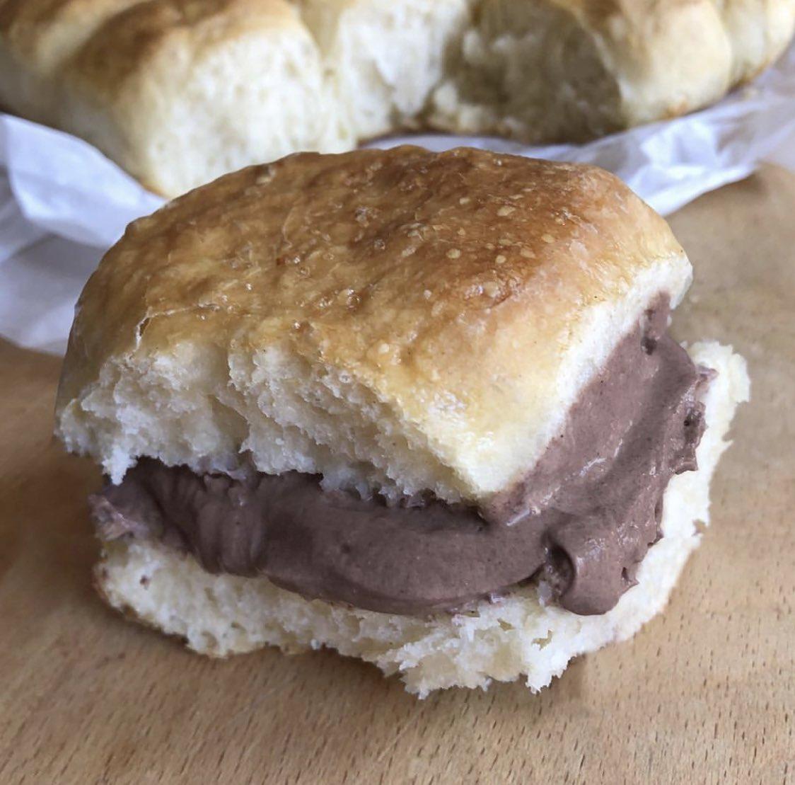 Bollito Spongy con Cremoso 🤤❤️Un bollito super esponjoso que relleno de crema casera de chocolate puuf! 😱Con 1 ingrediente que ni imaginas y lo tienes en casa ... Muy mortal! 😍  RECETA 👉🏼 https://t.co/WBtNQLyFvA https://t.co/YyTsIPXwfU #receta https://t.co/FdgB5lRUwS