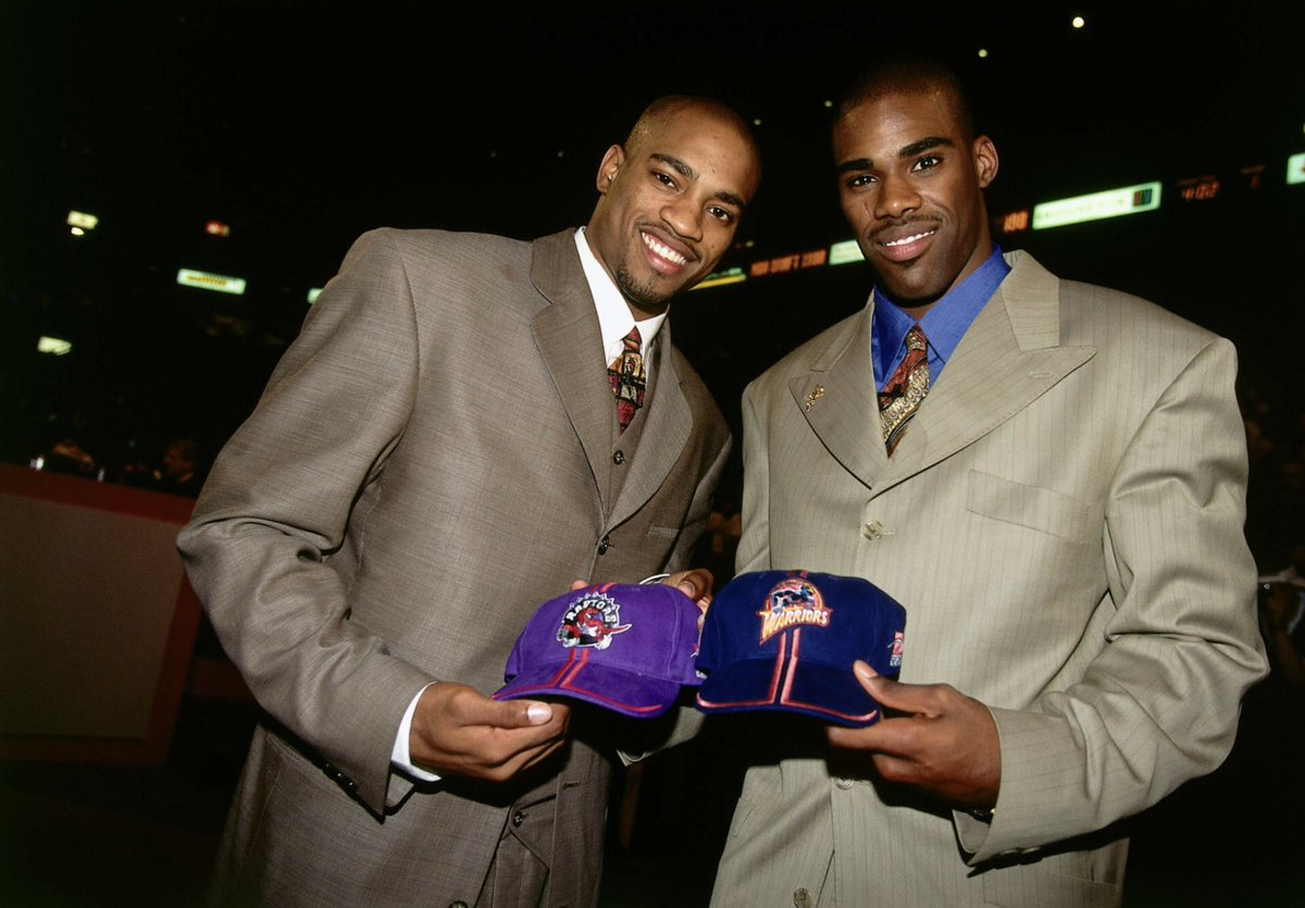 North Carolina teammates Vince Carter and Antawn Jamison at the 1998 NBA Draft. The Raptors selected Jamison 4th overall and traded him to the Warriors who selected Carter 5th overall.  #NBA #NBADraft #UNC #90s pic.twitter.com/fNGTx0fKRw