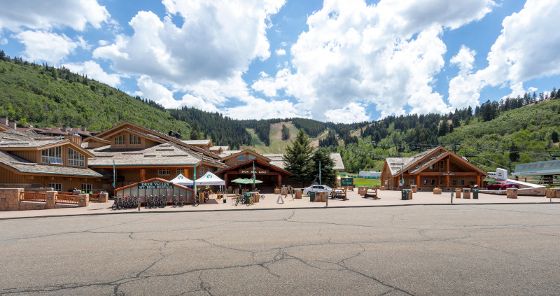 Summer operations begin tomorrow! (Friday, June 26). We would like to remind guests that parking will only be available in the main lots of our Snow Park base area this summer, please follow all signage and direction by staff members. (No parking is available at Silver Lake) https://t.co/oxuKnNC6TO