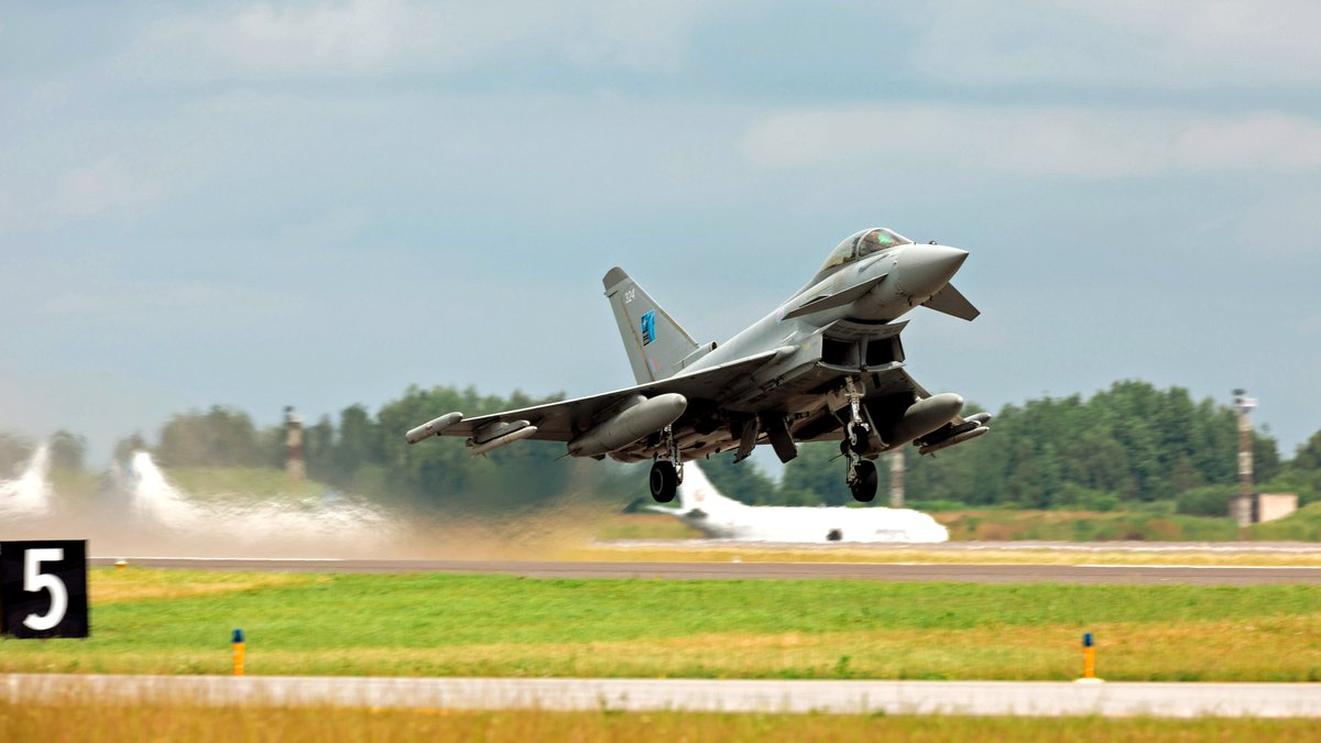 📸 A @RoyalAirForce Typhoon taking off from Siauliai Air Base, 🇱🇹 Lithuania, on a training sortie.  #OpAZOTIZE is the 🇬🇧 UK's contribution to the @NATO Baltic Air Policing mission, and is a further demonstration of our commitment to the security of the region. #WeAreNATO https://t.co/yIPa2jJG0j