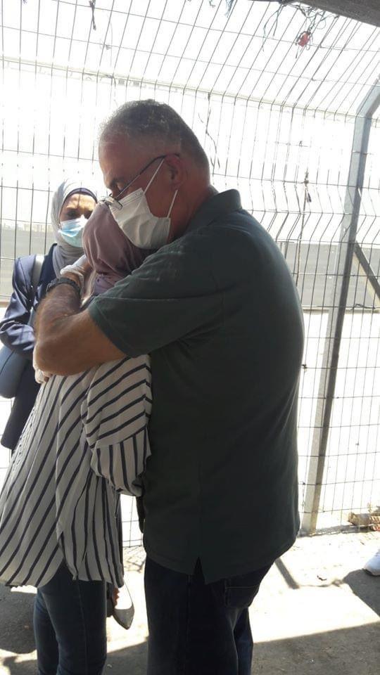 """اعتقله الاحتلال الإسرائيلي عندما زوجته حامل..  الأسير الفلسطيني """"د. أمجد قبها"""" يعانق ابنته لأول مرة في حياته وهي في الـ 18 من عمرها، بعد اعتقال دام 18 عاماً في سجون الاحتلال. https://t.co/HI7mrUYtiM"""