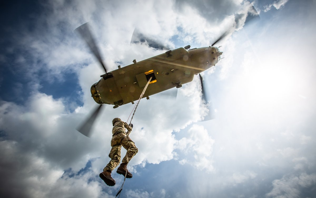 3 @JADTEUPhotog's recently captured a complex trial involving 2 different aircraft (@BoeingDefense Chinook & @RoyalNavy Merlin), operating from 2 units (@RAF_Odiham & @RAFBrizeNorton), testing 2 pieces of equipment. Working with @ComdJHC JADTEU has increased @DefenceHQ Capability https://t.co/6HypJf2byZ