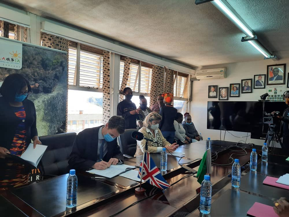 Today, @nkwoolley signed(on behalf of @defencehq) an IA with Zambian Ministries of Defence and Tourism. It will enable UK/Zambia military to co-operate on counter-poaching training and exercises, in order to Curb Illegal Wildife Trade (C-IWT) and poaching. #iwt #workingtogether https://t.co/3RqMz79wQF