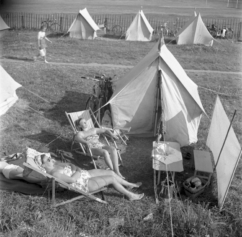 Summer in Europe is a time of sunshine, relaxation and holidays. In our #GalleryOfTheWeek - vintage photographs showing how we have spent our summer days in the past🌞⛺️https://t.co/mSnSe2OjoT #DiscoveringEurope https://t.co/6toq40ccv0