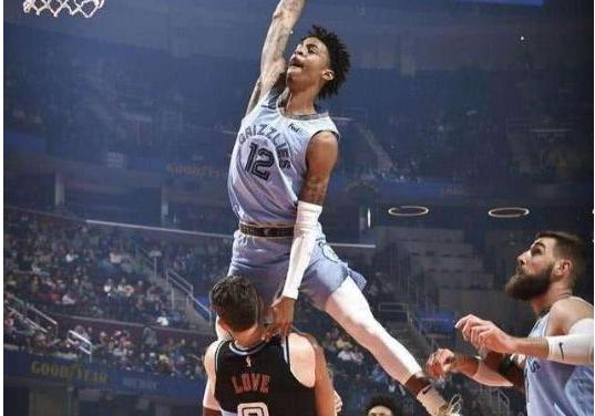 【影片】失誤鏡頭也能成經典!詹皇的極限跳躍因此被測出來,他這個封蓋嚇壞Kobe!-籃球圈