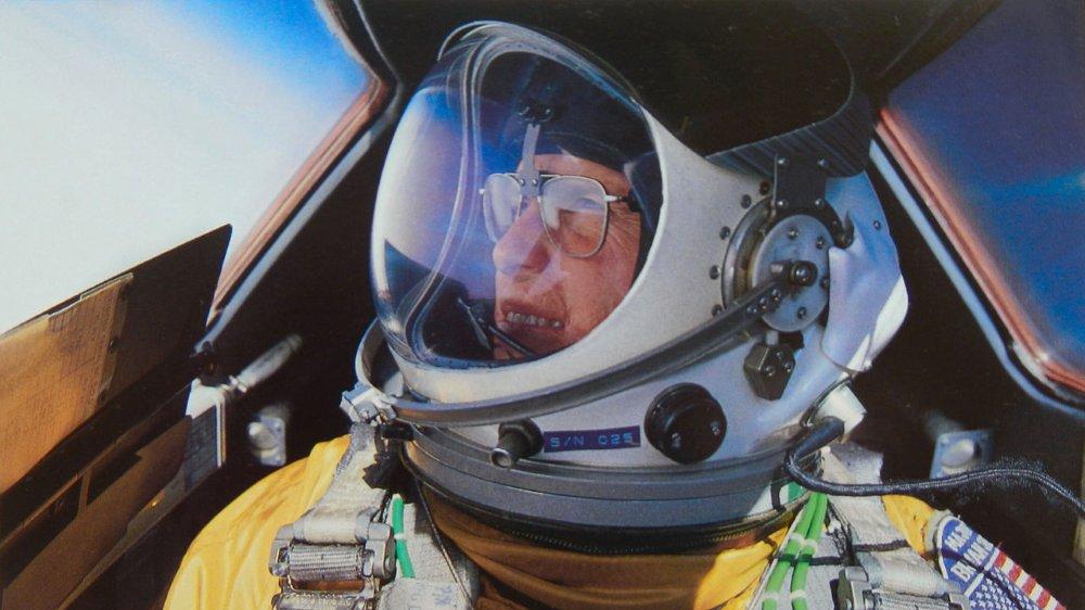 À la fin des années 1980, lors d'une sortie d'entrainement, Brian Shul et son opérateur radio Walter survolent le désert d'Arizona en direction de la Californie à plus de 24 km d'altitude. Oui, ils volent très haut mais aussi très vite : ils sont à bord d'un SR-71. #thread https://t.co/7evlEz5Xx9