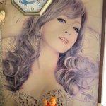 浜崎あゆみさんの色褪せたポスターの唇だけ赤い理由は?お父さんがシャチハタ印鑑連打してリップ塗ってあげてた!