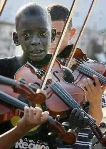 *(صورة العازف الحزين)*💔 هذه الصورة التقطت للطفل البرازيلي (دييكو فرازاو توركاتو) وهو يعزف في جنازة معلمه للمقطوعة الموسيقية المفضلة لدى معلمه الذي انقذه من بيئة الفقر والاجرام التي كان يعيشها.  *° ازرع حباً وخيراً وعلما وعقلاً تحصد الحب والخير وتبني الوفاء بشتى معانيها https://t.co/uBrWrqgyNU