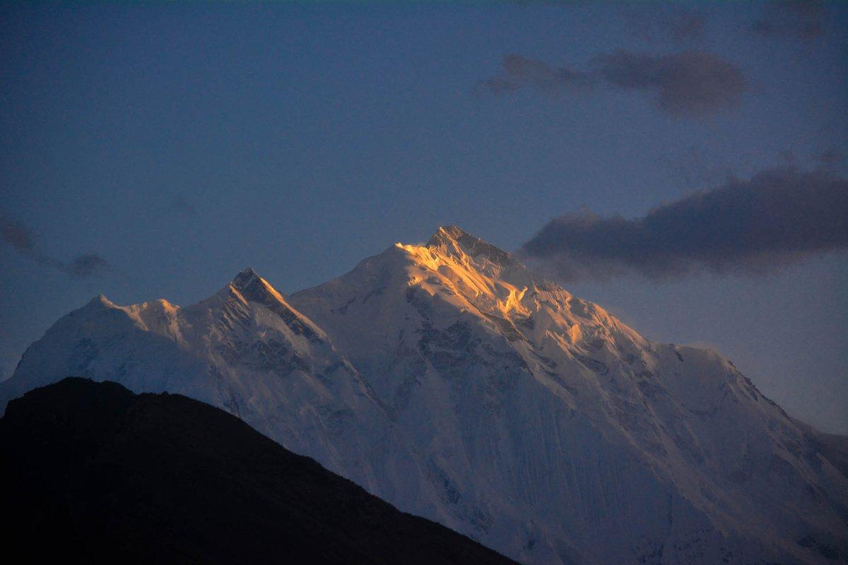 السلام علیکم پاکستان🇵🇰 راکاپوشی پیک 7788 میٹر ، سورج کی پہلی کرن پڑھنے پر بہت خوبصورت لگتی ہے، یہ نظارہ دیکھنے کے لئے آپ کو ہنزہ کا چکر لگانا پڑے گا، راستے کھلنے کو بعد۔ pc: @yousafakhtar72 #BeautifulPakistan #GilgitBaltistan #mountains #sunrise #tourism #travel #tourists
