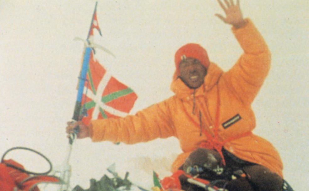 Duela 40 urte ikurriña Everestera eraman zuen espedizioa omenduko dute domekan Kalamua mendian eta Arraten https://t.co/iKuvfcMWdu @guerebai https://t.co/ADOuOtwXCY
