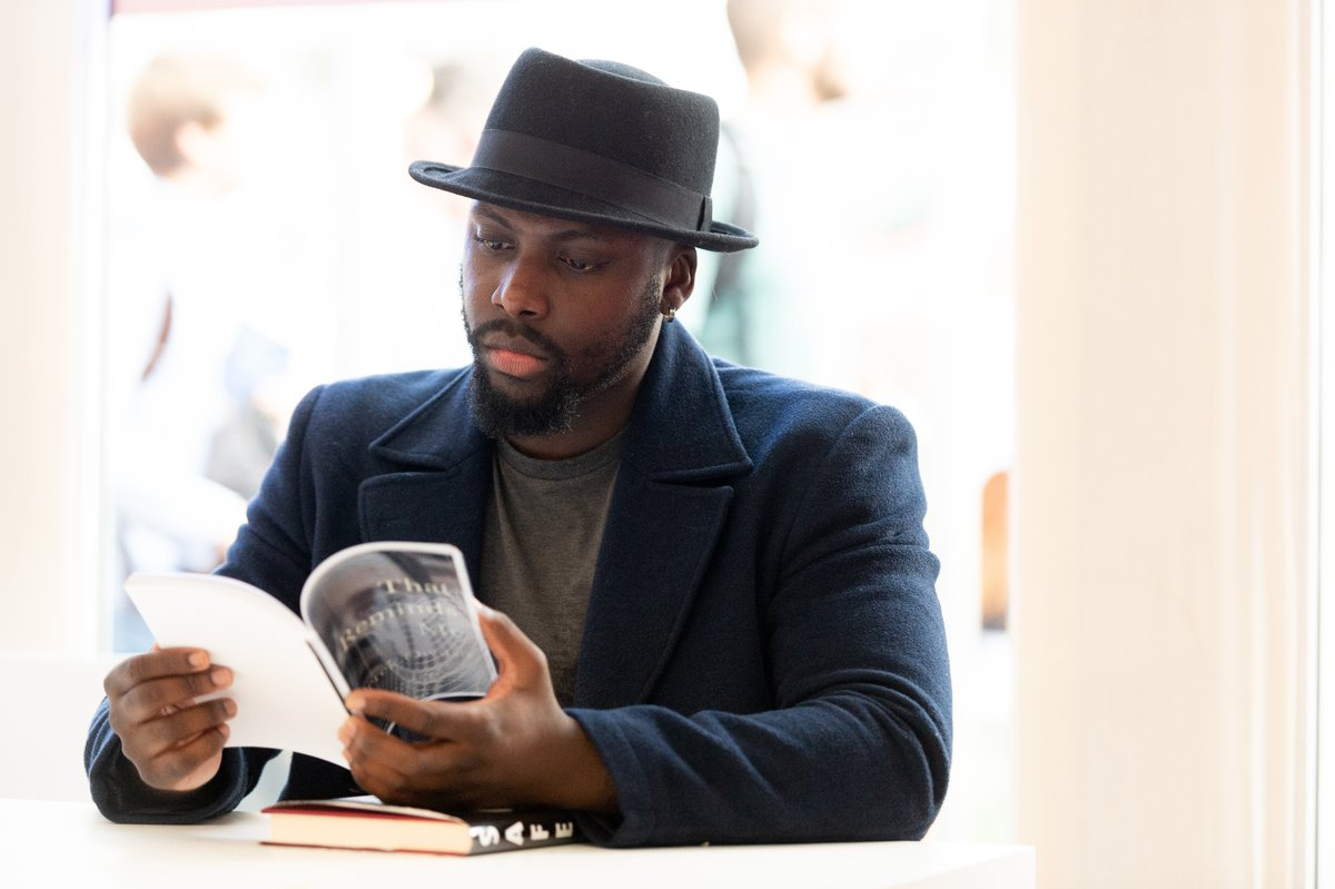 🥳Hats off to Derek Owusu, whose book That Reminds Me has won the 2020 Desmond Elliot Prize! We were honoured to have Derek visit @edbookfest in 2019 to discuss Safe, an anthology of writing by Black British men. @WritersCentre https://t.co/jLUugyZT31 https://t.co/uaKfP90Npv