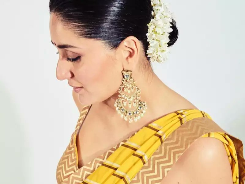 From #KareenaKapoor to @KanganaTeam: 8 sari styles which are perfect for summer  See the summery saris here https://t.co/j3GYh0WEcp  #sari #KanganaRanaut https://t.co/1AvEW4SgVk