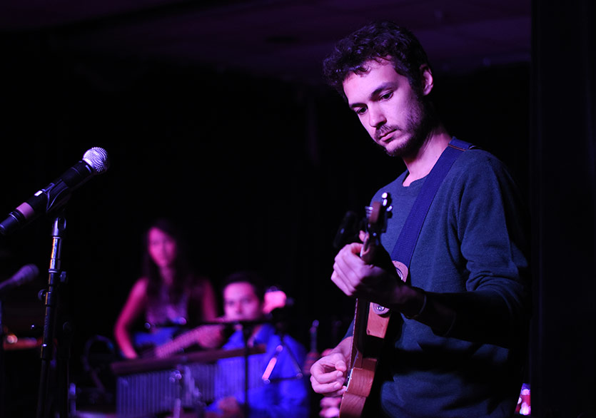 Farklı kültürleri birbiriyle buluşturarak müziğin evrensel diline varan, gitaristlik ve besteciliğin yanına prodüktörlüğü de ekleyen Alper Tuzcu ile son projeleri Uzaklarda ve Migrante'den başlayarak müzik hakkında konuştuk. https://t.co/LE2AltTo2Y https://t.co/syxQocrKMd