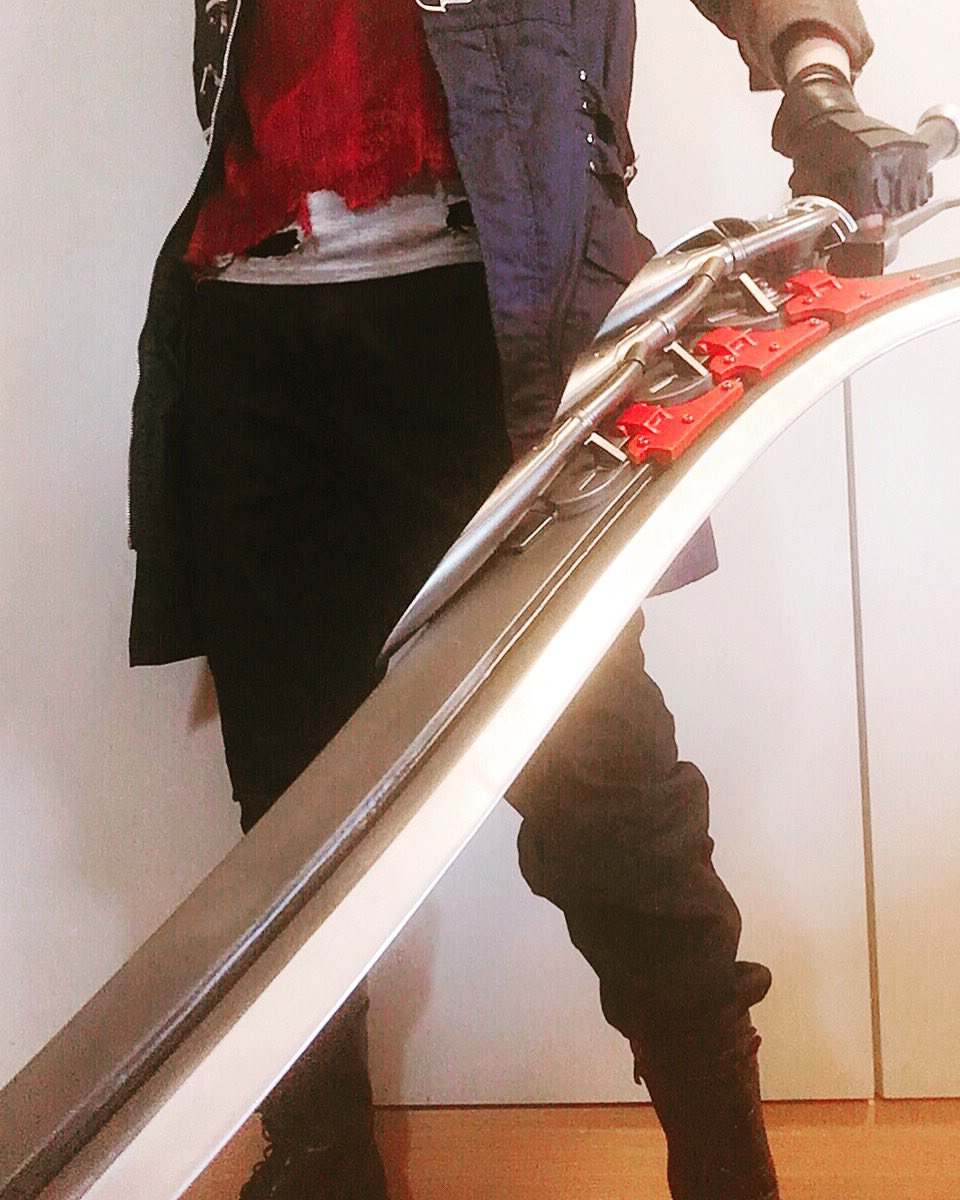 My phone cannot capture the whole beauty of Red Queen. Sprcial thanks to bustyle_3d on instagram  #cosplay #DevilMayCry pic.twitter.com/1FL2NDEgFk